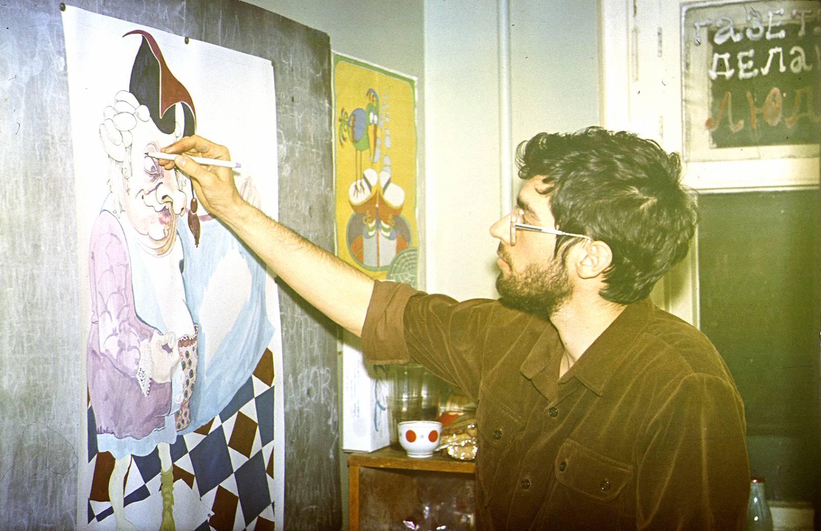 Главный художник Оракула Виктор Корб за работой. 1985 год.