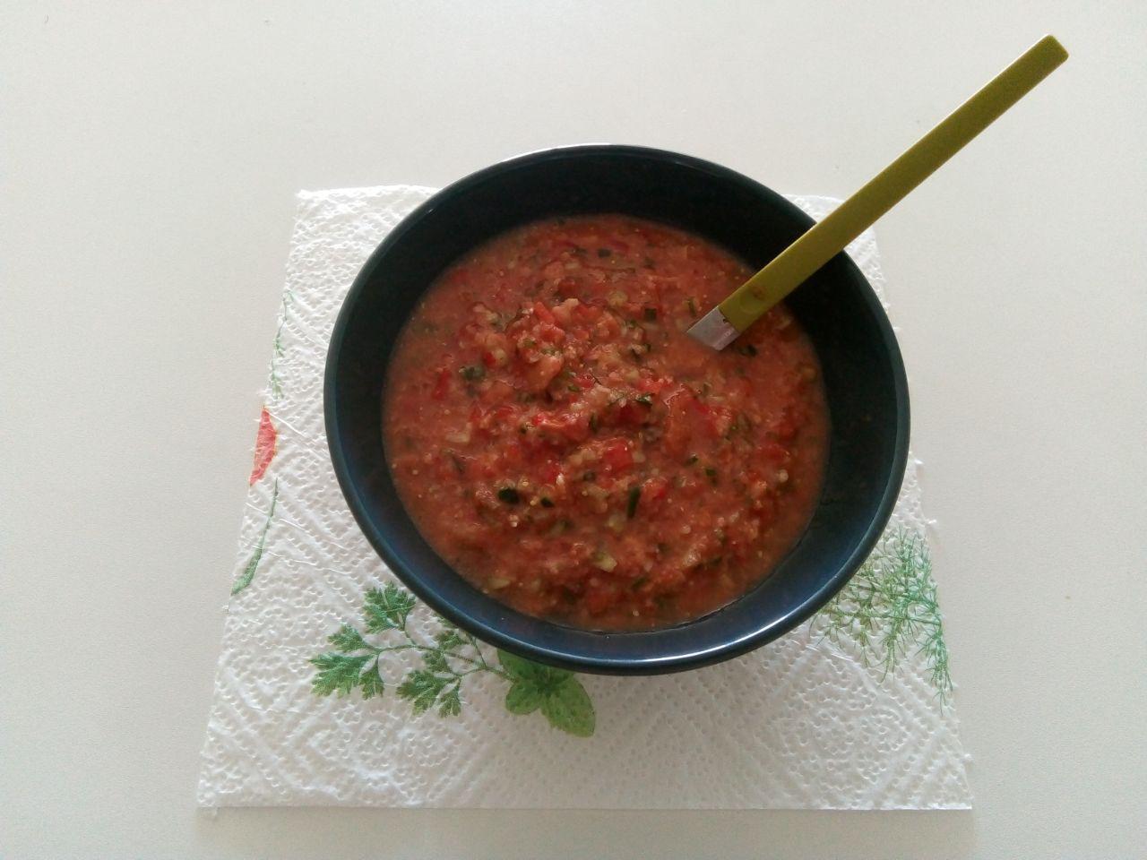 Гаспачо, приготовленное вручную, готово