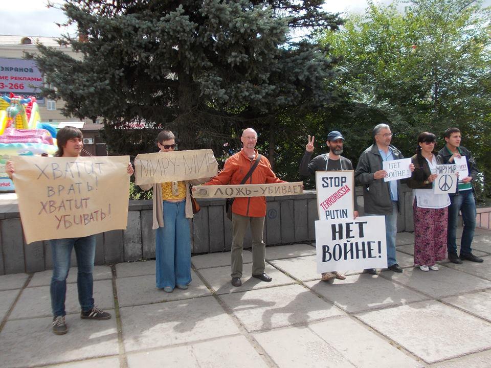 Участники антивоенной акции в Омске 19 июля 2014 года
