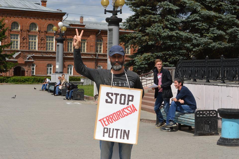 Виктор Корб на антивоенной акции