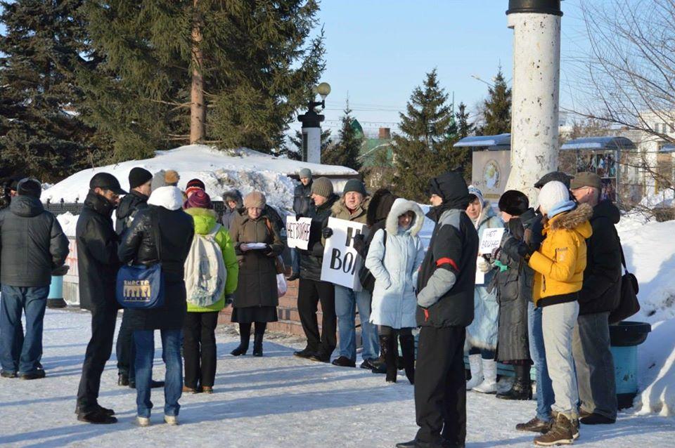 Собрание свободных граждан на Театральной площади Омска 2 марта 2014 года