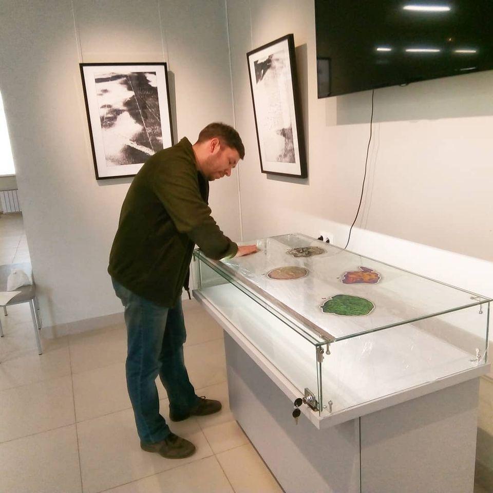 Александр Румянцев готовит к выставке стенд с работами Виктора Корба