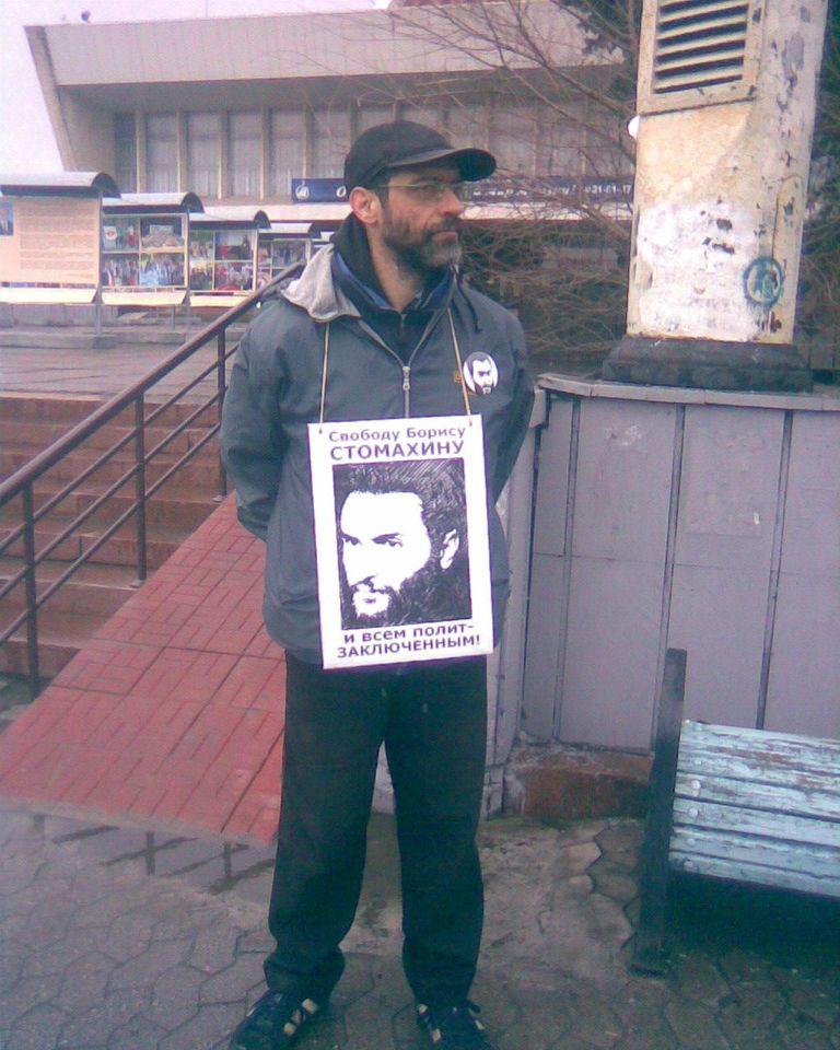 Виктор Корб в пикете за свободу политзаключенным на Театральной площади Омска