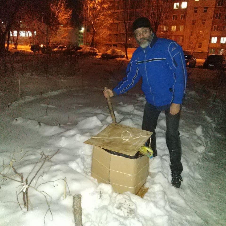 Виктор Корб делает экспериментальную ледяную эко-урну