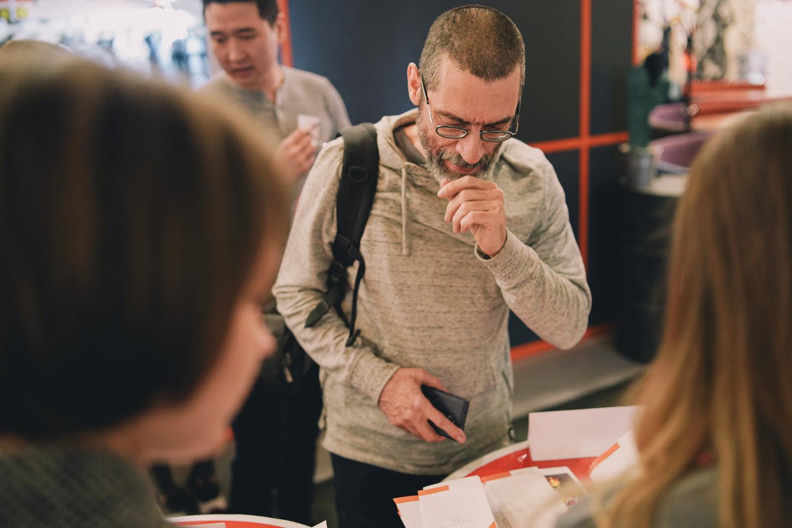 Виктор Корб у стола регистрации участников финала «Сибирский лучник —2018